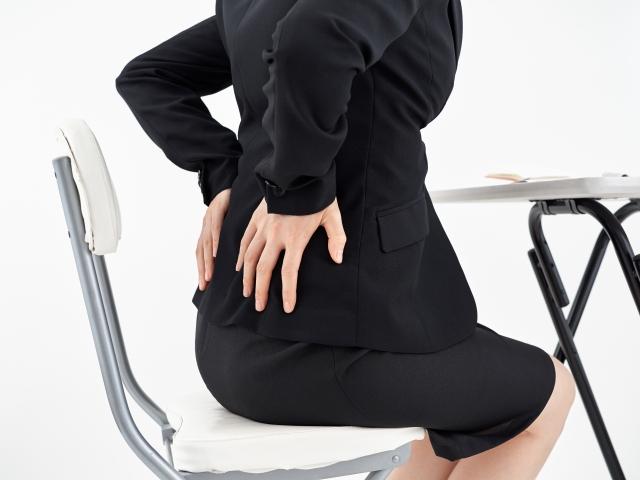 ぎっくり腰の症状に悩む女性