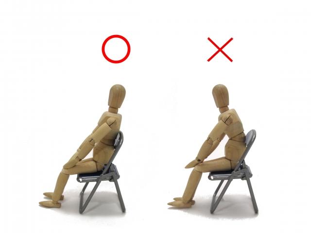 姿勢が悪いと肩関節への負担が蓄積されます