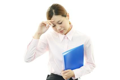 頻繁に起こる頭痛に悩む女性
