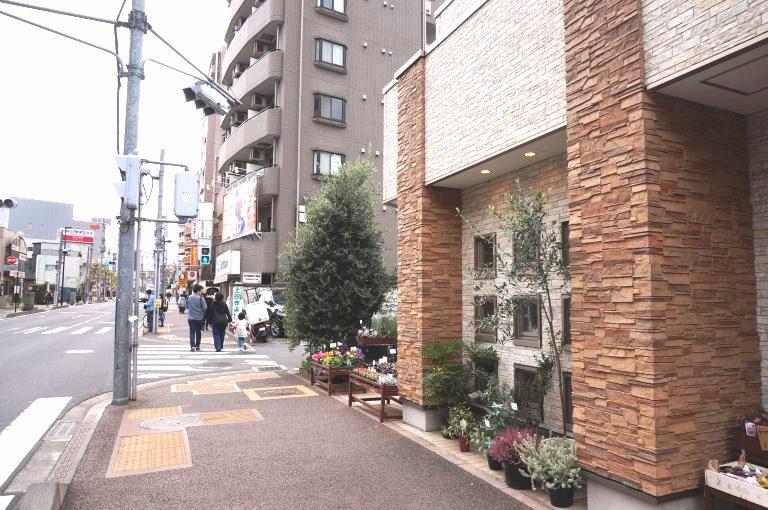 鈴木園芸生花店様の前を進みその先の信号を渡ります